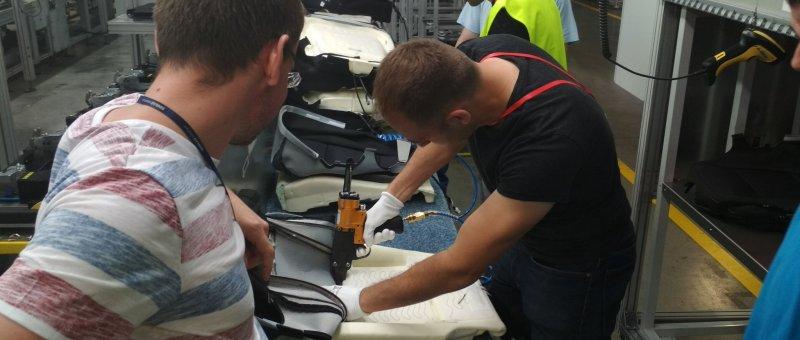 Lukáš a Dan zkoušejí nasadit potah na sedák